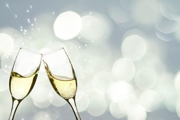 Champagner anstoßen